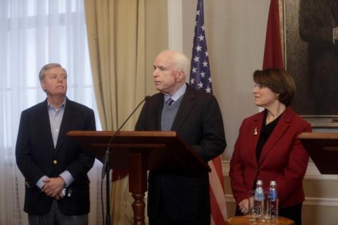 Сенатор Маккейн пригрозил санкциями Путину и Шойгу