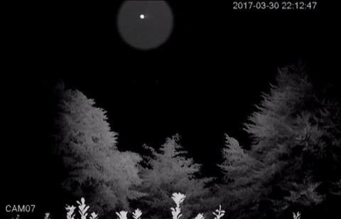 Супруги из Окленда рассказали, что вокруг их дома часто летают странные объекты, которые они сняли на фото и видео