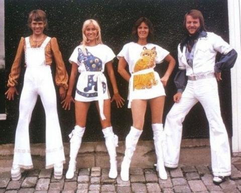 Легендарные «ABBA» — победители Евровидения-1974. До чего же забавно смотреть на это выступление сейчас!