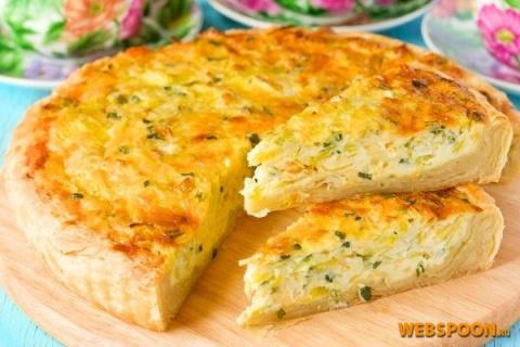 Открытый пирог с луком, яйцо и сыром