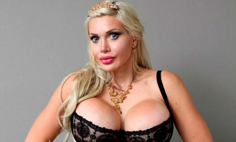 Модель-блондинка удалила реб…