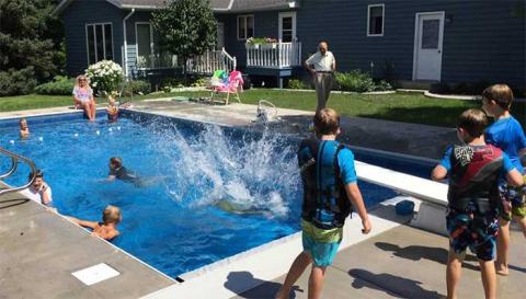 94-летний овдовевший судья построил бассейн для соседских детей, чтобы не чувствовать одиночества