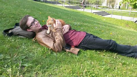 Рыжий кот заботится о студен…