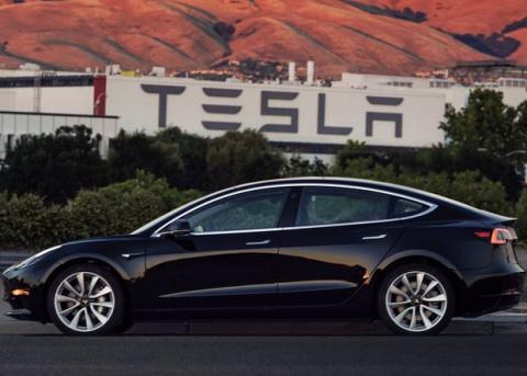 Илон Маск показал первую серийную Tesla Model 3