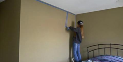 Просто не верится, что происходит с комнатой, когда девушка срывает со стены скотч…