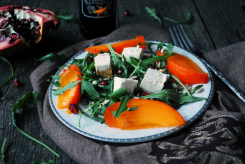 Салат с хурмой, фетой и руколой