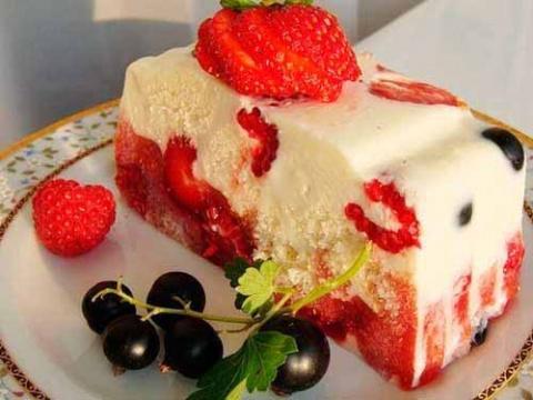 Легкий торт из йогурта и фруктов