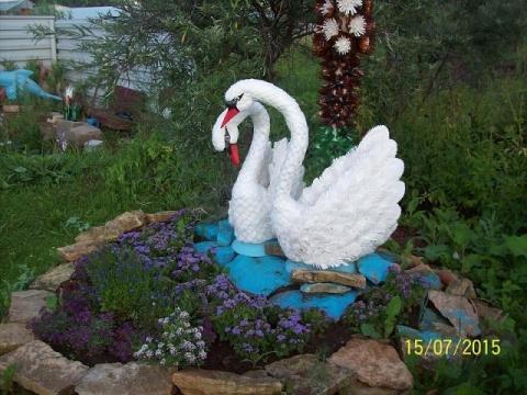 Лебеди из пластиковых бутылок. Как вам идея для декора дачи?