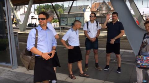 Европейские мужчины надели ю…