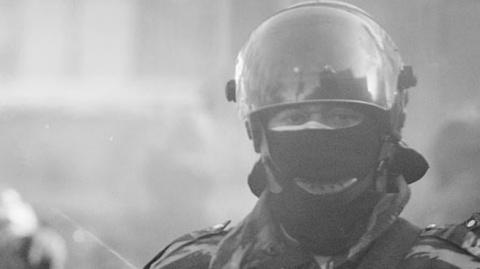 Бросившему в полицейского кирпич нацисту-бандеровцу дали два с половиной года тюрьмы