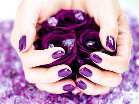 Превосходный вариант для летнего оформления ногтей — сиреневый маникюр
