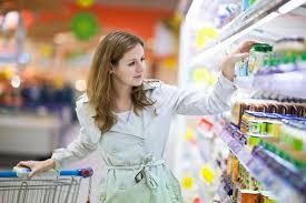 Она делала покупки в магазин…