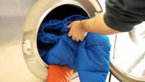 Как стирать пуховик в машинк…