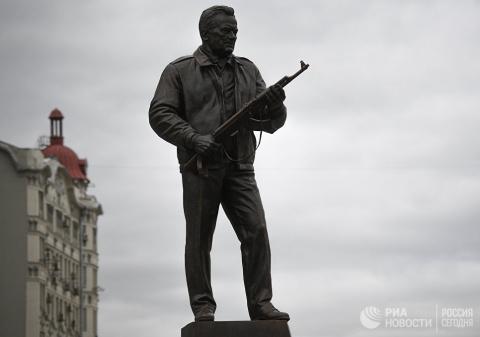 Памятник Калашникову... увек…