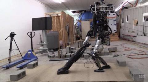 Робот ATLAS научился выполня…