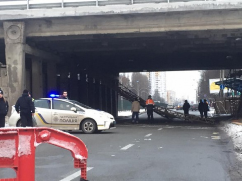 В Киеве обвалился мост на бу…