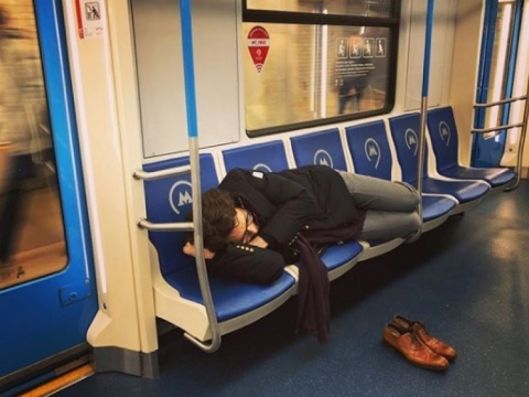 Спящий вметро Андрей Малахов взбудоражил пользователей социальных сетей
