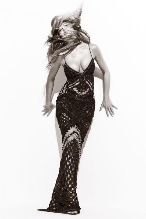 Глубокое декольте в свои 48: Дженнифер Энистон украсила обложку модного глянца