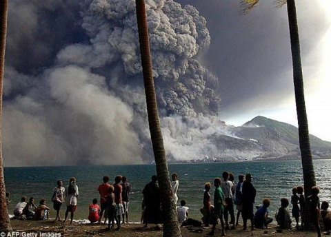 Извержение вулкана в Папуа-Н…