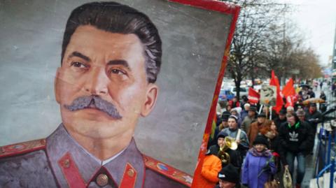 Установку памятной доски Сталину в МГЮА объяснили постановлением 1960 года