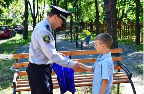 Мальчик Данил позвонил в полицию и сообщил, что другой мальчик дерется на детской площадке!