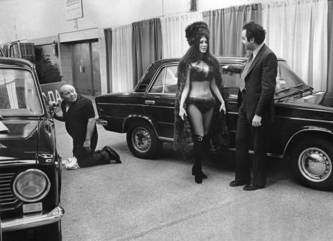 Какими были девушки на автосалонах в середине 1950-х годов