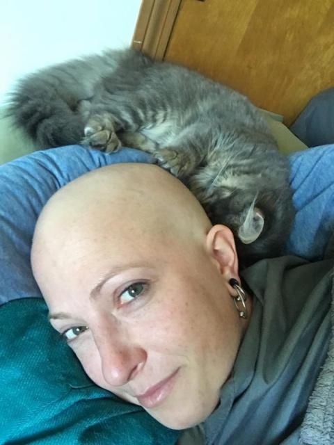 """""""Я буду тебя лечить!"""" Нежный котенок каждый день греет голову хозяйки, больной раком"""