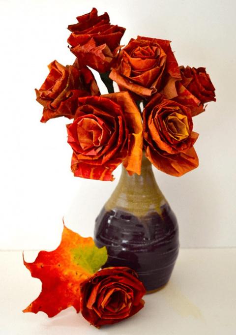 Букет роз изкленовых листьев