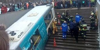 СМИ: автобус, въехавший в пе…
