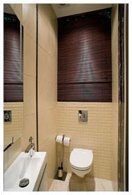 Как закрыть водопроводные трубы в туалете