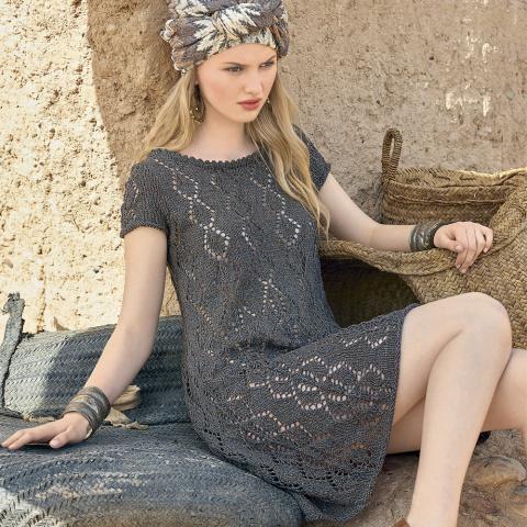 Легкое платье с ажурным узором спицами