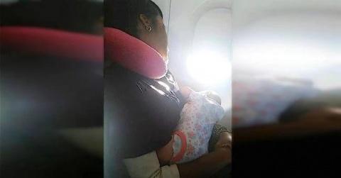 Мама в самолете никак не могла успокоить плачущего ребенка. Вот что сделала её соседка…