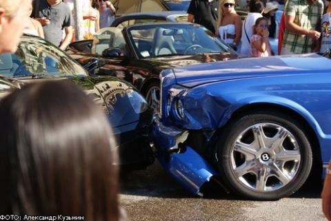 Benz porsche которые ри протаранила авария произошла возле входа казино игровые автоматы нальчик декабрь 2011