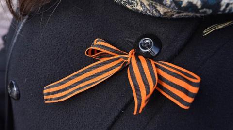 На Украине вступил в силу закон о запрете георгиевской ленты