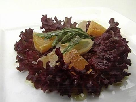Салат с копченой треской и апельсином. Салат из минимального набора продуктов