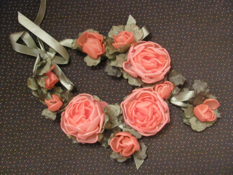 Колье из цветков ручной работы. Возможно изготовление в любом цвете.
