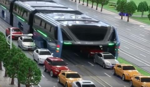 Китайский автобус против пробок показали в Пекине. Видео