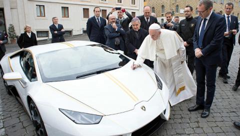Папе римскому подарили Lamborghini
