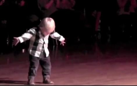 2-х летний танцор собрал на YouTube 32 миллиона просмотров. Просто уморительный малыш!