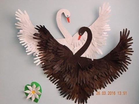 Интересная идея для творчества с детьми. Лебеди из ладошек.