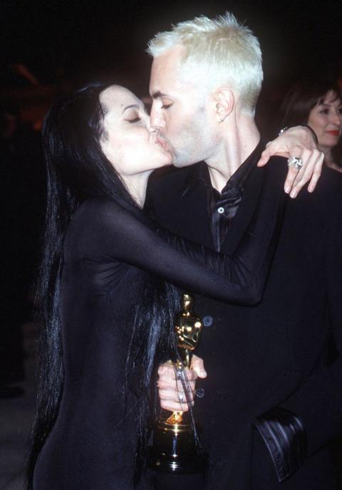 Любовный треугольник длиной в 12 лет. Вот кто на самом деле увел Джоли из семьи!