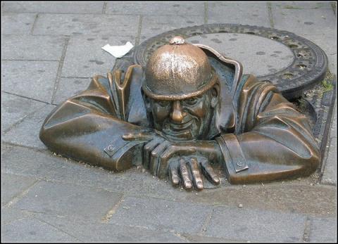 """Этот люк с остроумной виниловой наклейкой находится в Дублине. Надпись на нем гласит: """"Вода - сокровище. Сбережем ее!"""". К счастью, для того, чтобы слить всю воду земли в эту дырку, к крышке люка потребуется применить недюжинную Силу."""