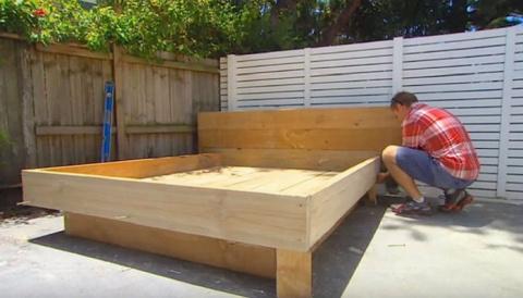 Мужчина смастерил кровать во дворе, но на нее положил не матрас, а нечто особое