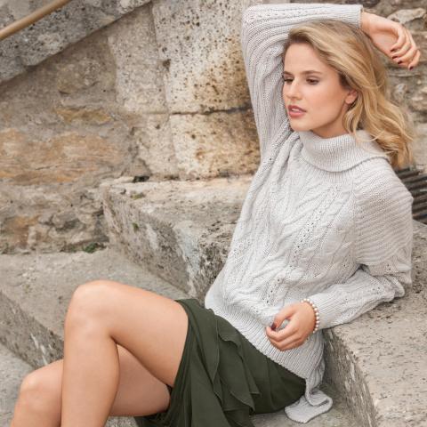 Серый свитер с рельефным узором спицами