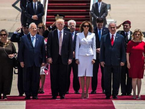 Мелания Трамп оттолкнула руку Дональда Трампа, который просто хотел идти с ней вместе по красной дорожке