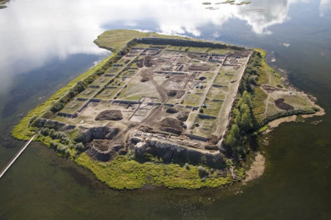 Древняя крепость посреди озе…
