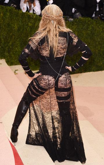Изолента на сосках и трусы с сапогами — 10 безумных образов Мадонны