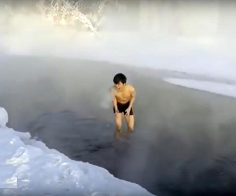 Японский турист решил искупа…