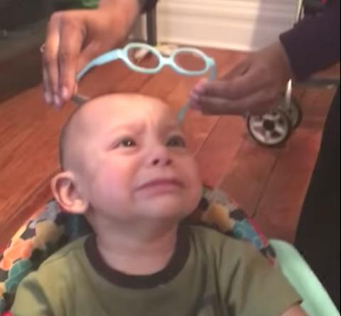 Плоховидящий малыш первый раз в жизни одел очки. Я расплакалась!