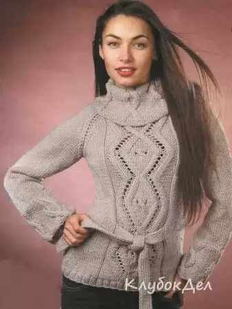 Бежевый пуловер с узорами из ромбов